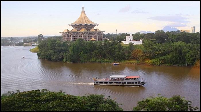 du thuyền dọc sông Sarawak