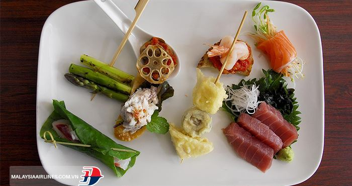 Món cuốn Hapuka có hương vị đặc biệt nhờ gia vị và xốt riêng