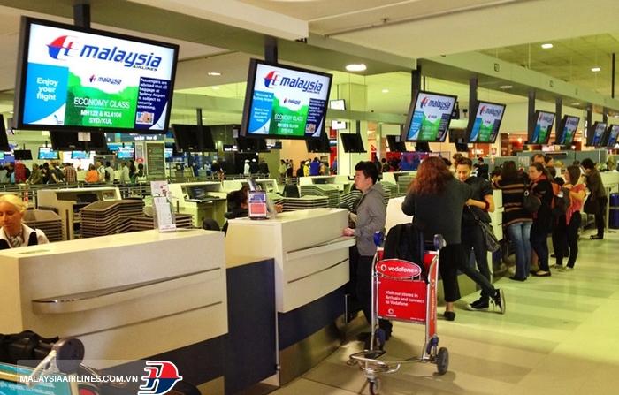 Làm thủ tục check-in tại quầy dịch vụ ở sân bay